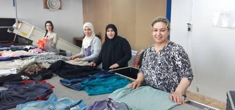 Almelose textielcontainers tijdelijk op slot: door corona te weinig personeel bij sorteercentrum De Beurs