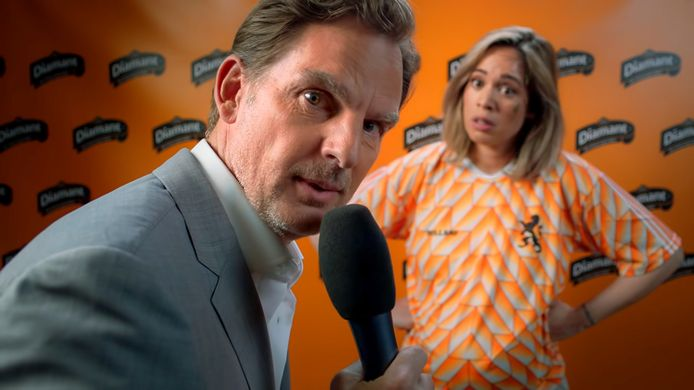 Nienke Plas en Ronald de Boer met het Oranje EK lied Goud