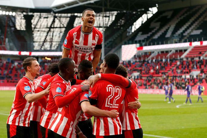Cody Gakpo met zijn ploeggenoten bij PSV na een goal tegen FC Groningen.