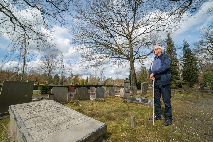 Hans Steentjes bij het verdwenen graf van zijn vader, op de begraafplaats in Elspeet. Deze foto is genomen in 2016.