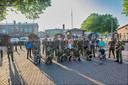 Een gemengd detachement van luchtmacht en marine onderneemt met Woensdrechtse wandelaars en hun burgemeester Adriaansen (felgroene polo) de Alternatieve Vierdaagse. Woensdag deden ze de tweede etappe, van Breda naar Vught.