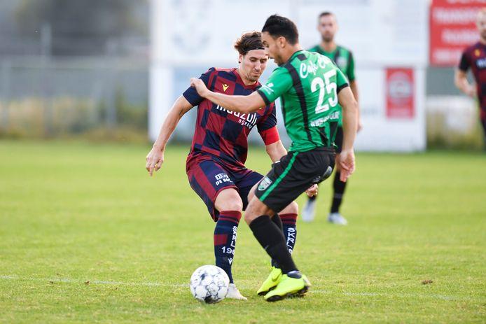 Bavo Meeus (l.) in duel met Brahim Afkir van Oppuurs tijdens een van zijn laatste wedstrijden voor Rapid Leest.