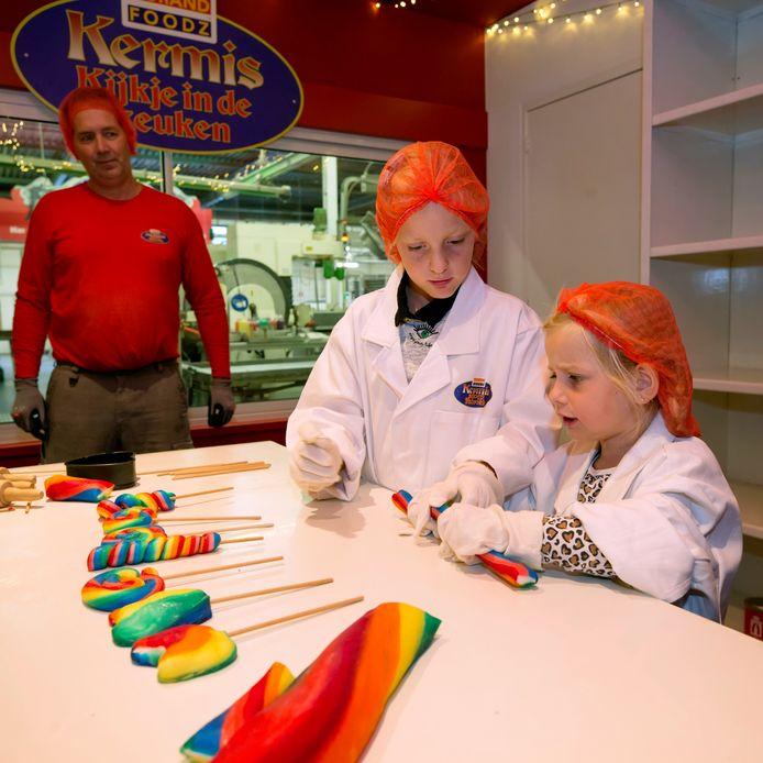 De eerste kinderen mogen de experience center van snoepfabriek Holland Foodz uitproberen.