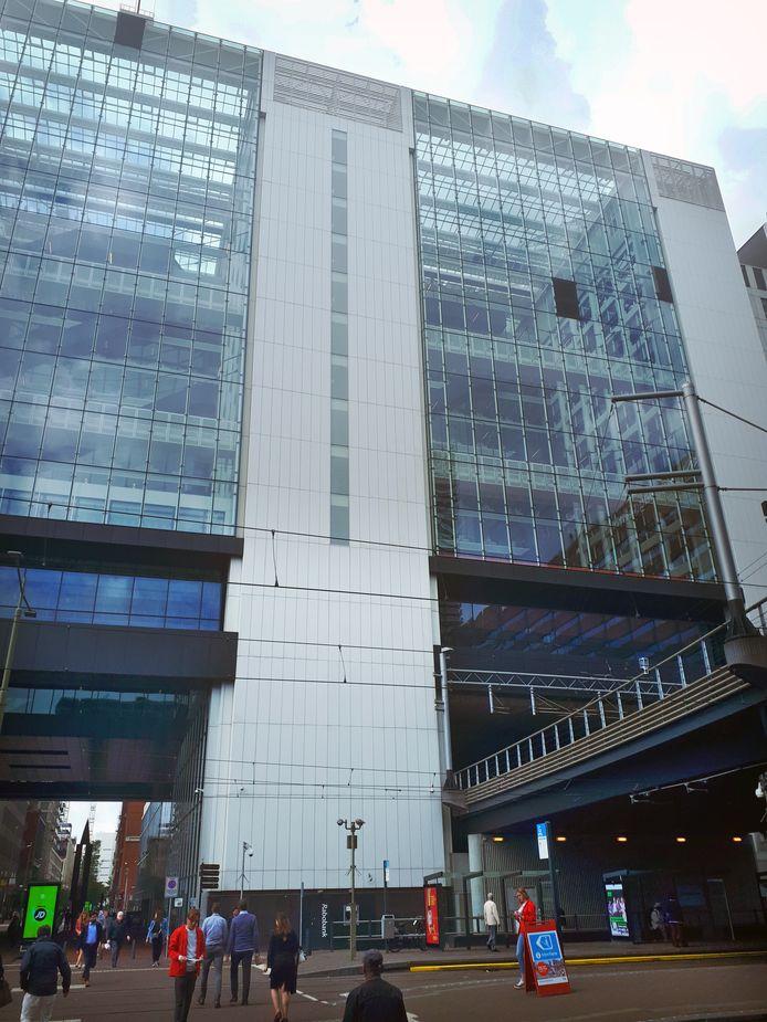 Een van de vier gebarsten glasplaten, op grote hoogte, is inmiddels verwijderd. Bij de andere drie van de beschadigde glasplaten is zwart folie aangebracht om te voorkomen dat glas naar beneden valt.
