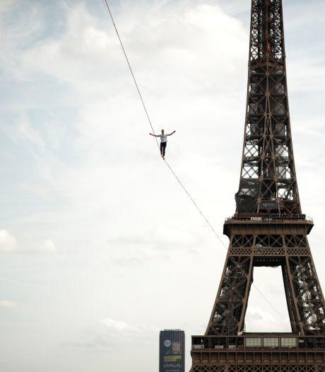 Un funambule traverse la Seine depuis la Tour Eiffel, à 70 mètres de hauteur