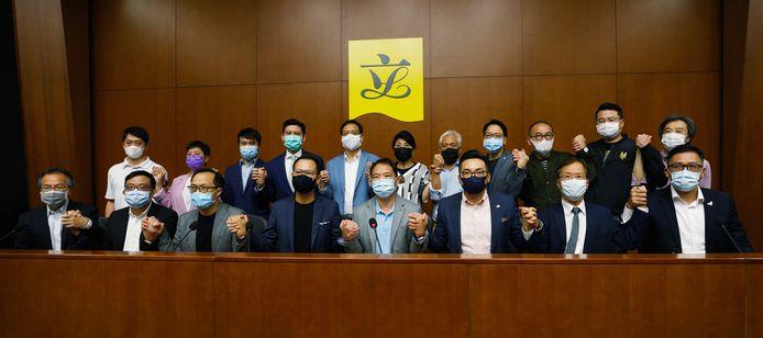 """De 19 oppositieleden in het parlement hielden symbolisch elkaars hand vast toen ze maandag dreigden """"massaal"""" op te stappen als de regering oppositieleden uit hun functie zou zetten."""