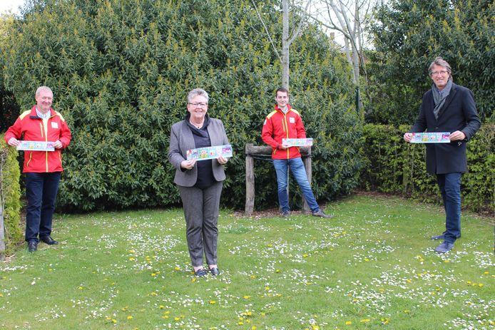 De laatste stickers van het Rode Kruis werden verkocht aan burgemeester Ria Beeusaert-Pattyn en schepen Steven Bogaert