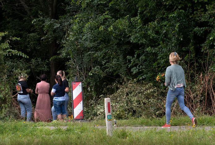Familie en vrienden hebben op de plek van het ongeluk afscheid genomen van Myrthe.