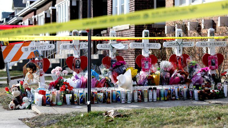 Kruisjes ter nagedachtenis van zes familieleden die begin februari werden vermoord bij een afrekening in Chicago. Beeld AP