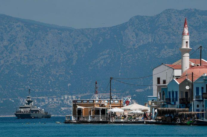 Een Grieks marineschip  ligt voor het eiland Kastellorizo, dat vlak aan de Turkse kust ligt.
