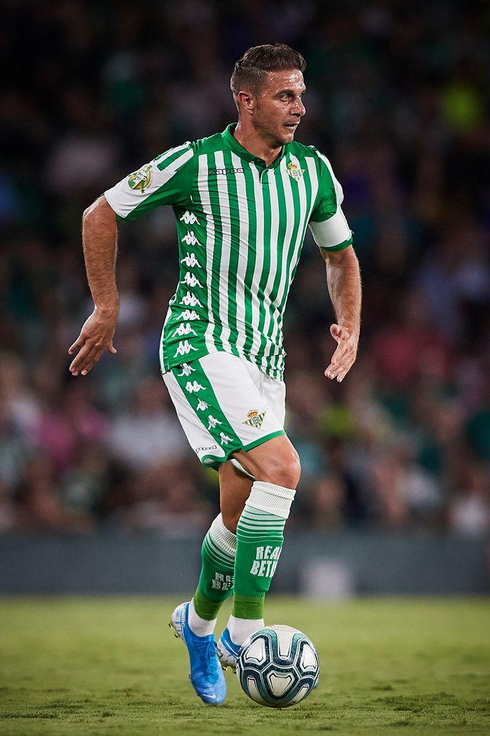 Joaquín Sánchez Rodríguez in kenmerkende pose: de bal kort aan de voet, zijn ogen speurend naar opties.