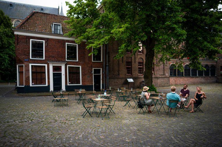 Een geïmproviseerd terras in Leiden. Beeld Freek van den Bergh / de Volkskrant