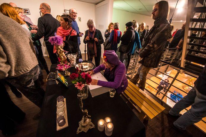 Bij de sluiting van HeArtGallery werd onder meer een rouwkamer, inclusief condoleanceregister, in de kunstzaal aan de Drienerstraat.