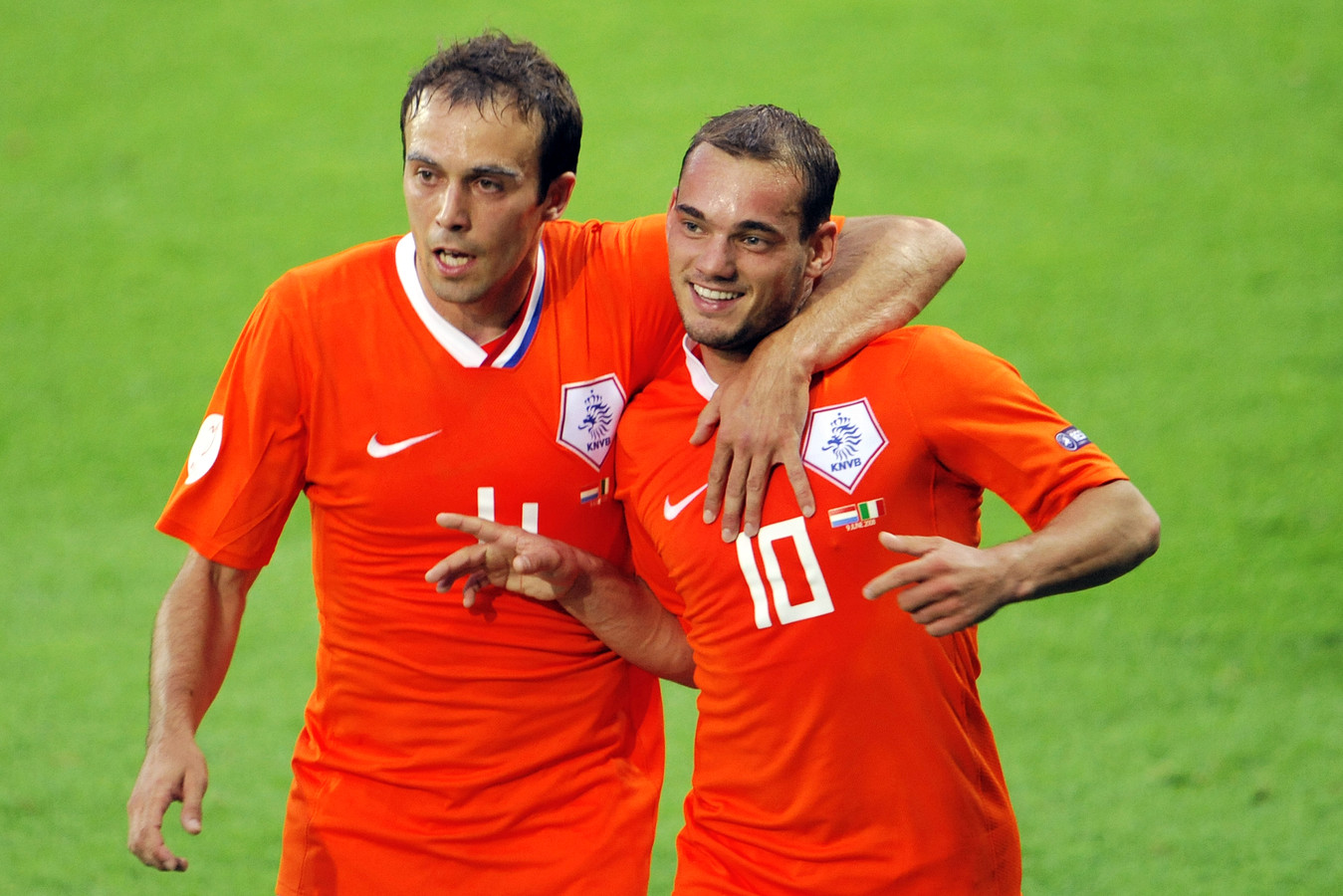 Joris Mathijsen (l) en Wesley Sneijder tijdens het EK van 2008.