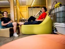 Panos en Foteini maken meubels en speelapparaten van jouw plastic afval: '15.000 doppen voor een bank'