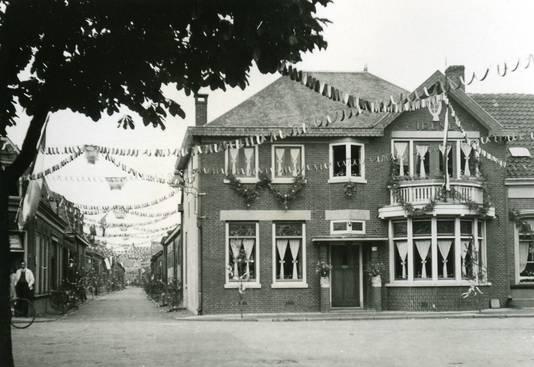 Versierde huizen in Boterstraat en Heschepad na de bevrijding in 1945