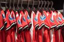 Nieuwe PSV-shirts op een rijtje.