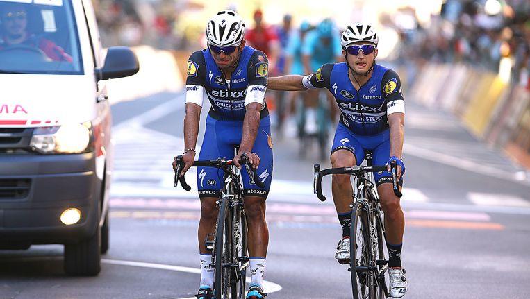 Gianluca Brambilla begeleidt de onfortuinlijke Fernando Gaviria (links) over de finish. Beeld Tim de Waele