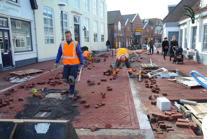 Wegwerkzaamheden in de Dorpsstraat in Oostkapelle.
