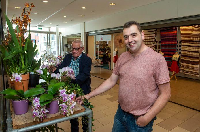 Rob Hoorweg van bloemen- en plantenwinkel Althaea moest die zaterdag zijn zaak direct verlaten, evenals Geerling den Ouden van de stoffenzaak daartegenover. Het werd letterlijk en figuurlijk te heet onder de voeten.
