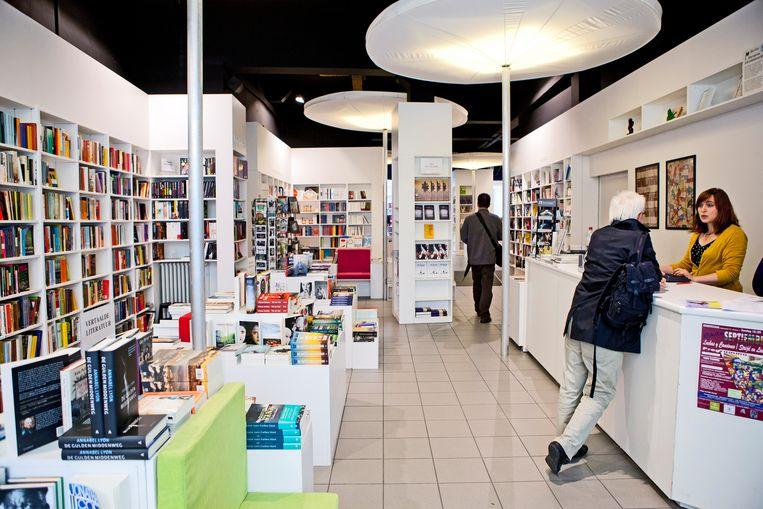 Voor zelfstandige boekhandels, zoals De Groene Waterman in Antwerpen, is het vaak lastig opboksen tegen onlinereuzen. Beeld Yann Bertrand