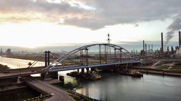 De tijdelijke Suurhoffbrug ligt sinds zaterdagavond naast zijn 'zusje'.