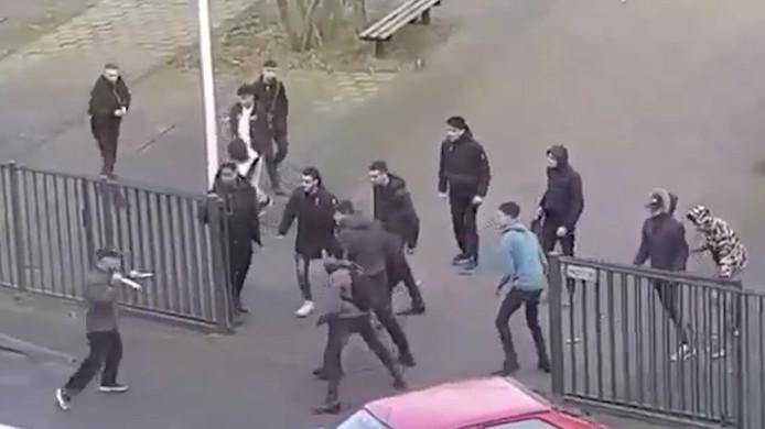 Beeld uit het veelbekeken filmpje over het messen-incident op het Scala College aan de Diamantstraat. Links Ramon M.