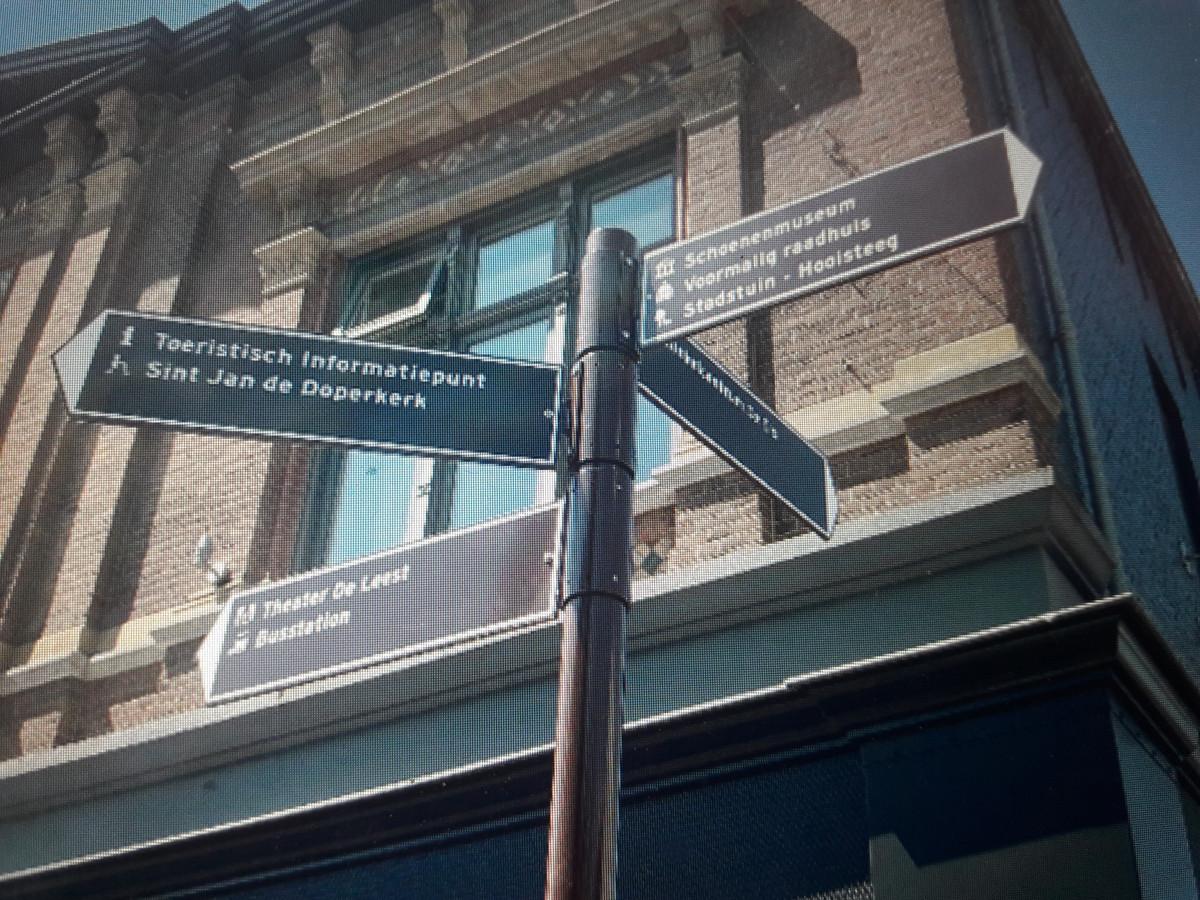In het Waalwijkse centrum staan nu ook de bekende bruine bewegwijzeringsbordjes.