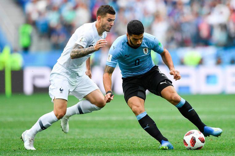 Uruguay's aanvaller Luis Suarez (R) and Frans verdediger Lucas Hernandez. Beeld AFP