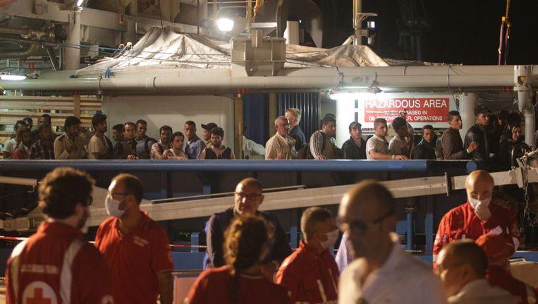 Migranten verlaten een schip van de Zweedse kustwacht in de haven van Palermo op 27 augustus, 2015. Beeld afp