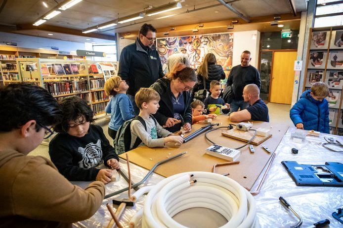 Het is een drukte van jewelste in de Almelose bibliotheek, deze zaterdag. Honderden kinderen en hun ouders maken er kennis met verschillende beroepen.