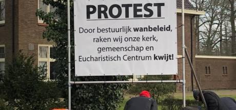 Ruim 1200 handtekeningen voor parochiebestuur  tegen de sluiting van 'hun' kerk in Schalkhaar: 'We zijn heel boos'