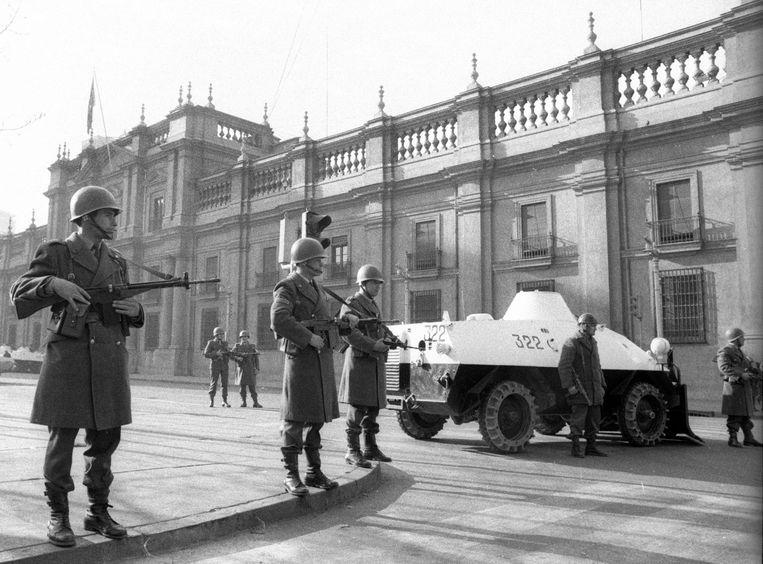 De presidentiële garde  rond La Moneda Presidential Palace in 1973. Een paar uur later zouden ze de coup van generaal Augusto Pinochet steunen. Beeld Corbis via Getty Images
