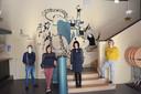 Academiedirecteur Philippe Boël, schepen Lieve Truyman, docente Luba Melanchouk en Jasmijn Amper van de cultuurdienst bij de fraaie muurschildering in de foyer van theaterzaal Roxy.
