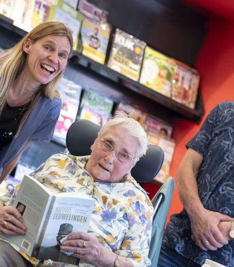 Mina Beltman (101) is hoofdrolspeler in een boek en is even de ster van Stokkum