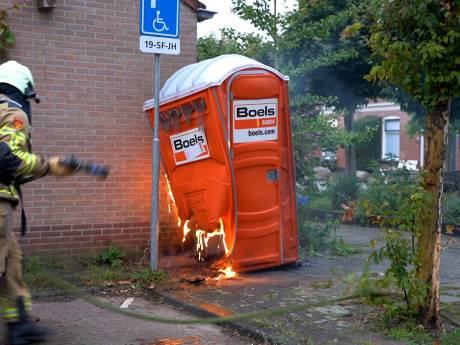 Vrouw probeert Dixi-brand te blussen in Deventer, maar zorgt voor steekvlammen: 'Je schrikt je dood'