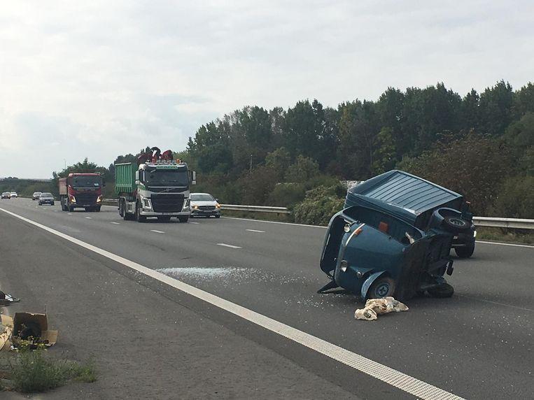 Langs de E403 in Oekene viel een Vespacar van een aanhangwagen.
