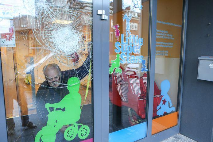 De schade opmeten in een kinderdagverblijf na de rellen.
