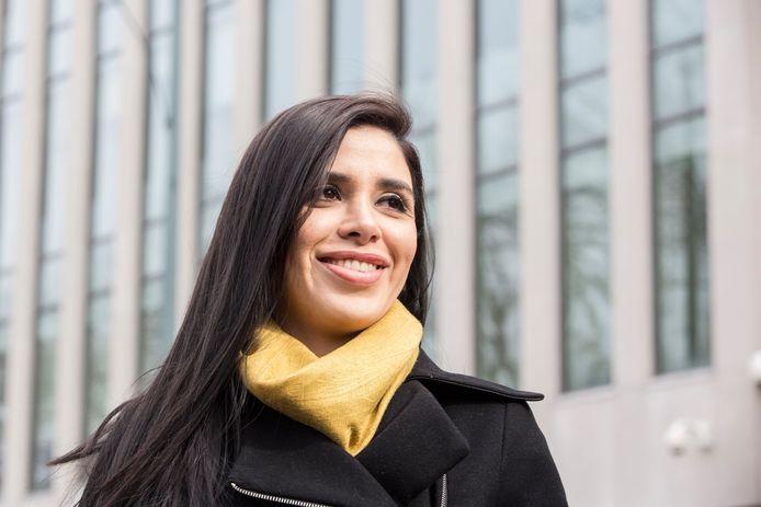 Emma Coronel in februari 2017 voor het gerechtsgebouw in Brooklyn.