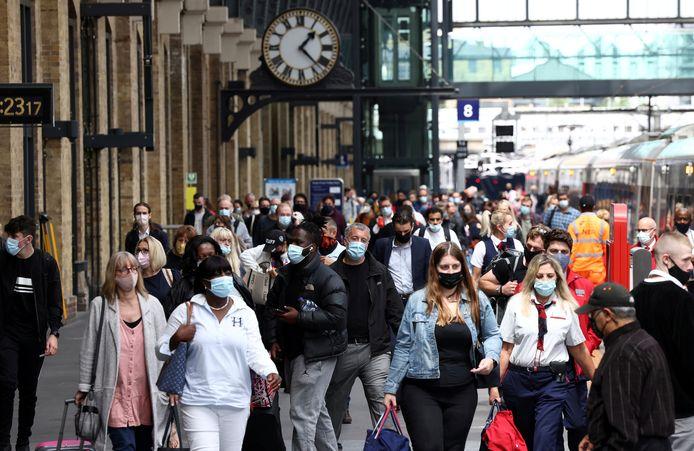 Forensen met mondkapjes op King's Cross Station in Londen.