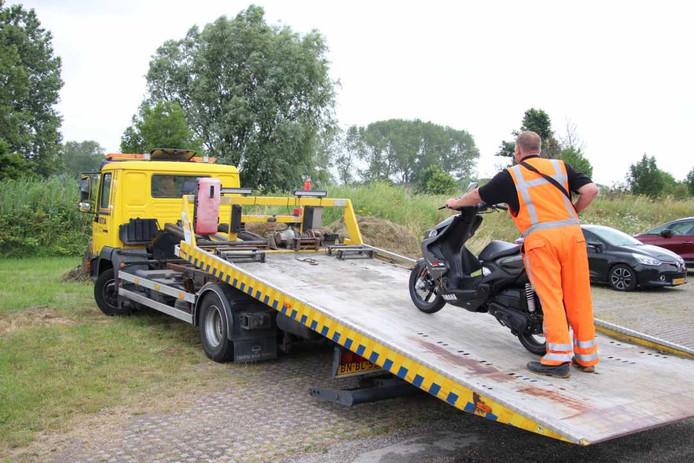 Een bergingsbedrijf is ingeschakeld om de bij het ongeval betrokken scooter weg te halen.