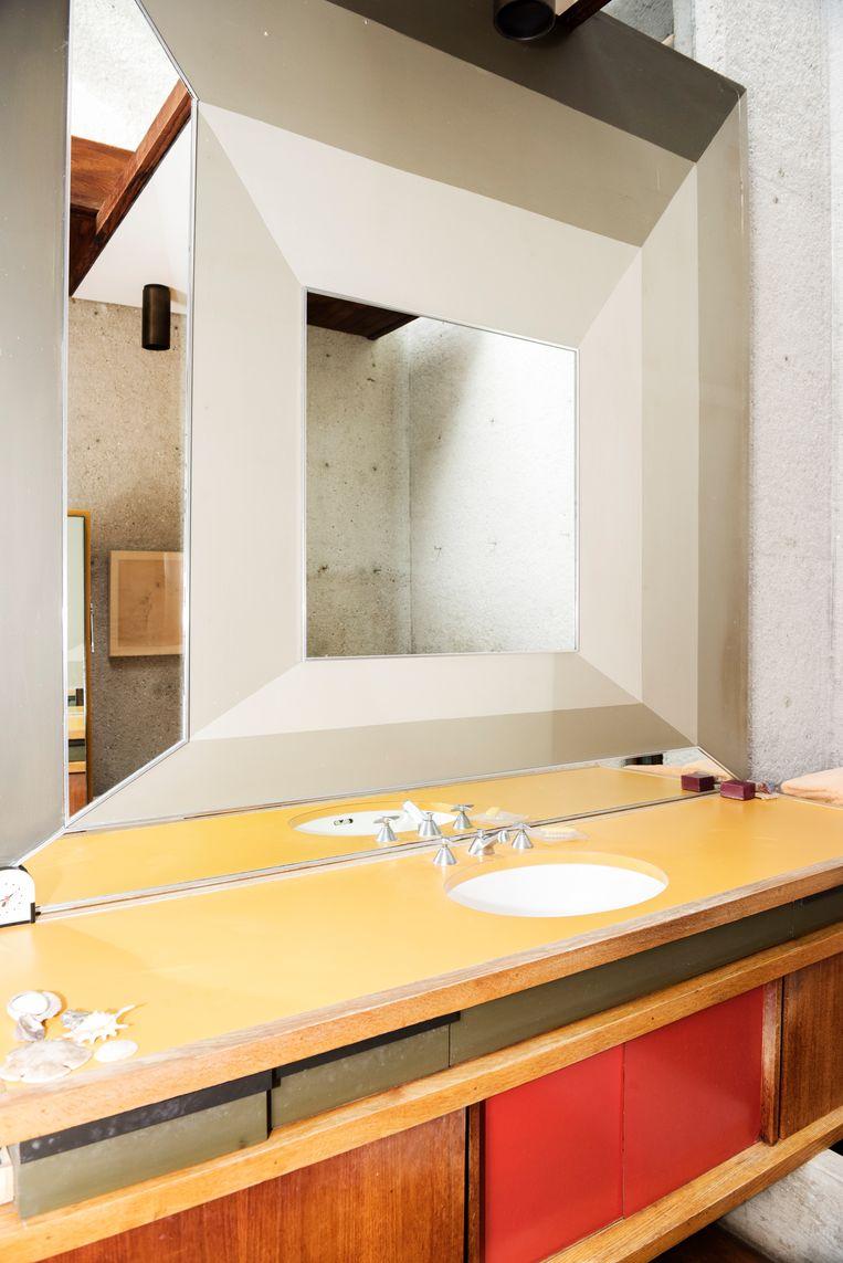 Boven en onder: de vele niveaus, de grote glasoppervlakten en de open ruimten brachten critici ertoe om het huis te omschrijven als 'een gecontroleerde explosie van ruimte'.  Beeld Sanne De Wilde