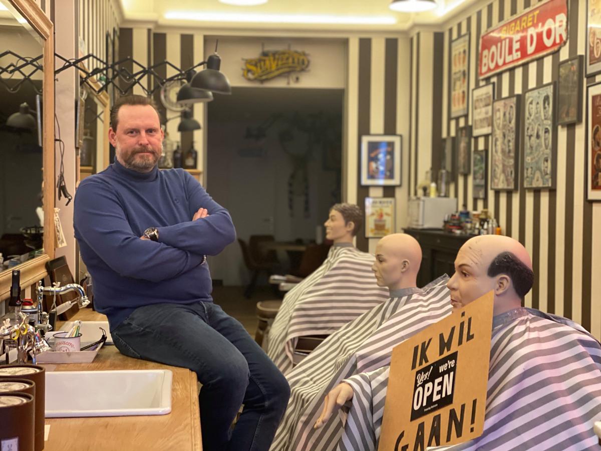 Zaakvoerder Tom bij zijn 'klanten'.