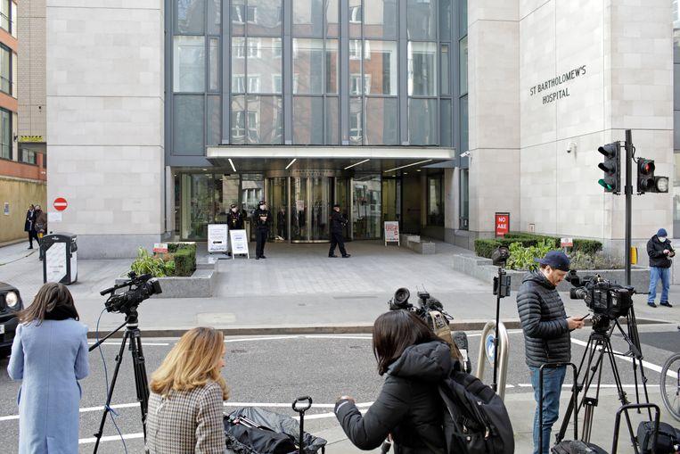 De Britse pers heeft zich verzameld voor het St Bartholomew's in Londen. Beeld Getty Images
