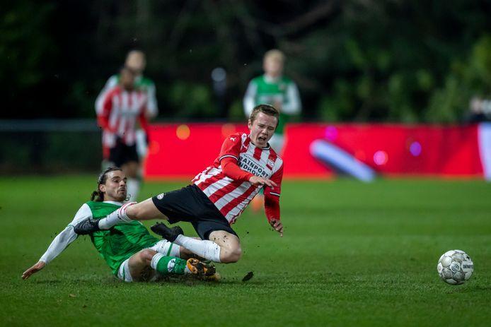 Valentino Pugliese ten voeten uit: tijdens zijn debuut tegen Jong PSV gaat hij vol overgave het duel aan met Mathias Kjolo.