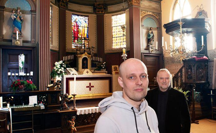 Culemborg Johan Verweij en pastoor Frank Duivenvoorde in de Oud Katholieke kerk in Culemborg.