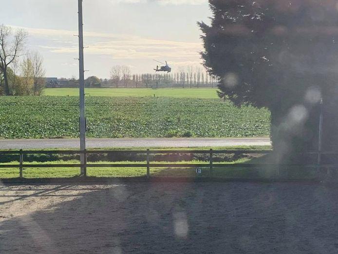 De foto die Floris Brink op facebook plaatste van die heli die op zijn manege afvloog.