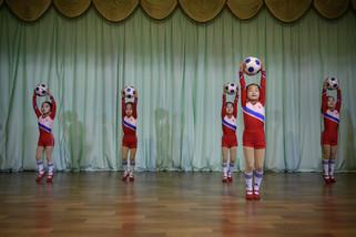 fotoreeks over Noord-Koreaanse kinderen repeteren voor hun ode aan Kim Jong-un