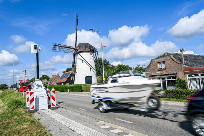 Heense Molen heeft sinds de aanleg van de A4 last van het vele verkeer dat door het dorp heen raast. Na jaren klagen is er eindelijk een mobiele flitspaal neergezet.