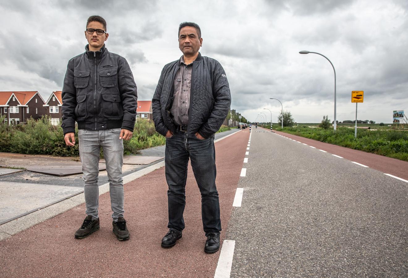 Vader Albert Geisler en zoon TJ op de Jac P. Thijsselaan in Zwolle waar TJ op zijn brommer door de politie na negeren stopteken met behulp van een biker ten val werd gebracht.